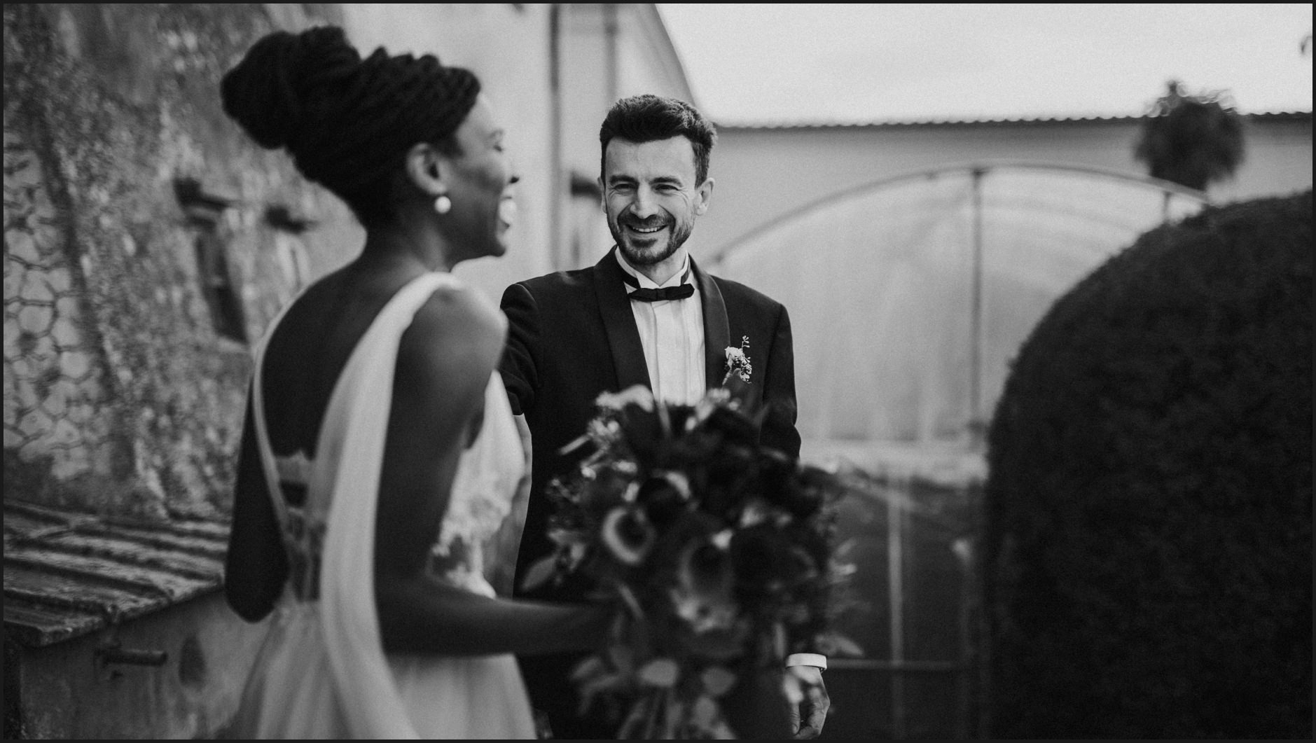 first look, bride, groom, wedding, villa medicea di Lilliano, black and white