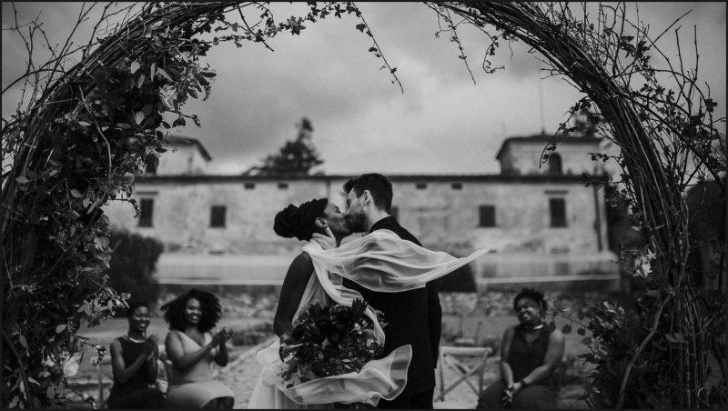 black and white, bride, groom, ceremony, wedding, villa medicea di lilliano, kiss