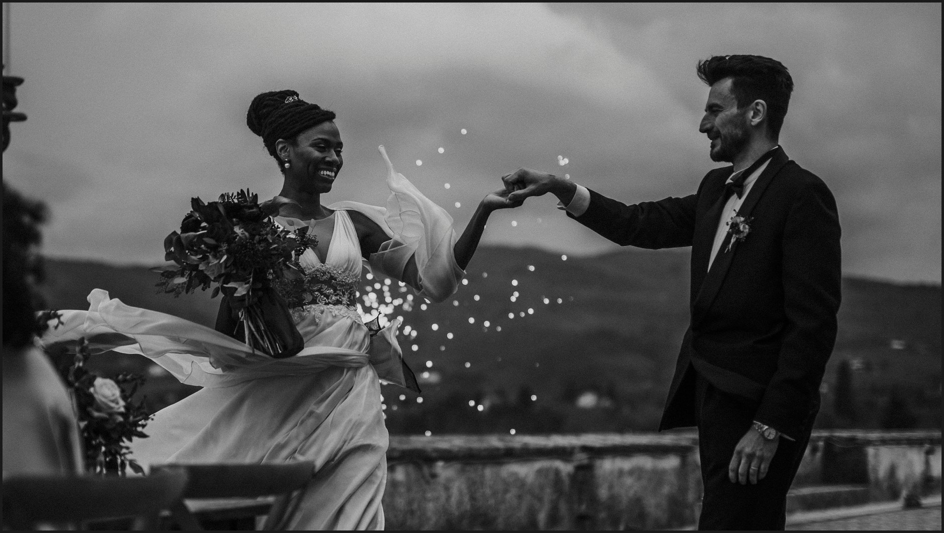 bride, groom, wedding, villa medicea di lilliano, tuscany, special effects, fireworks, black and white, wind
