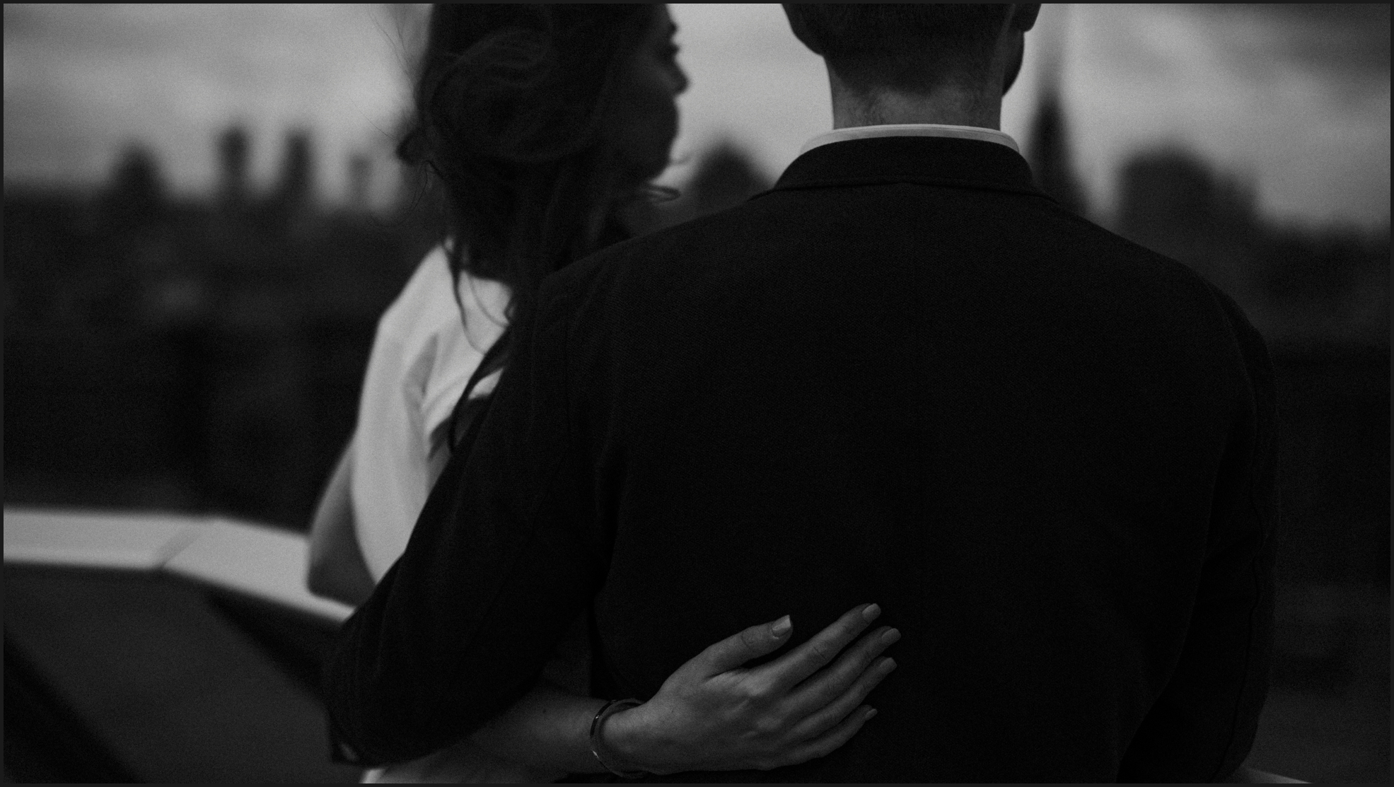 black and white, london, engagement photosession, hug me,