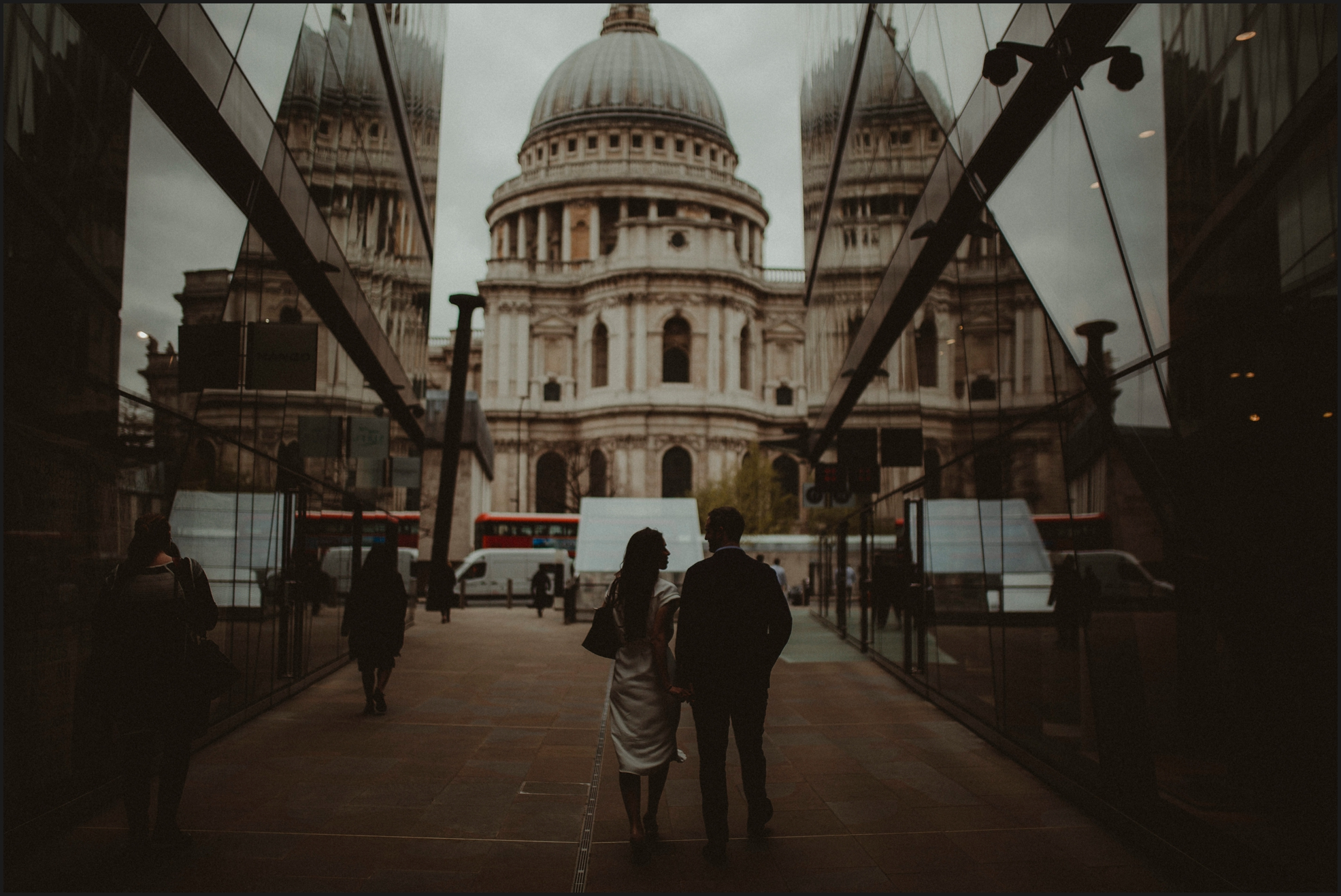 london, engagement photosession, st paul's cathedral, couple, walking