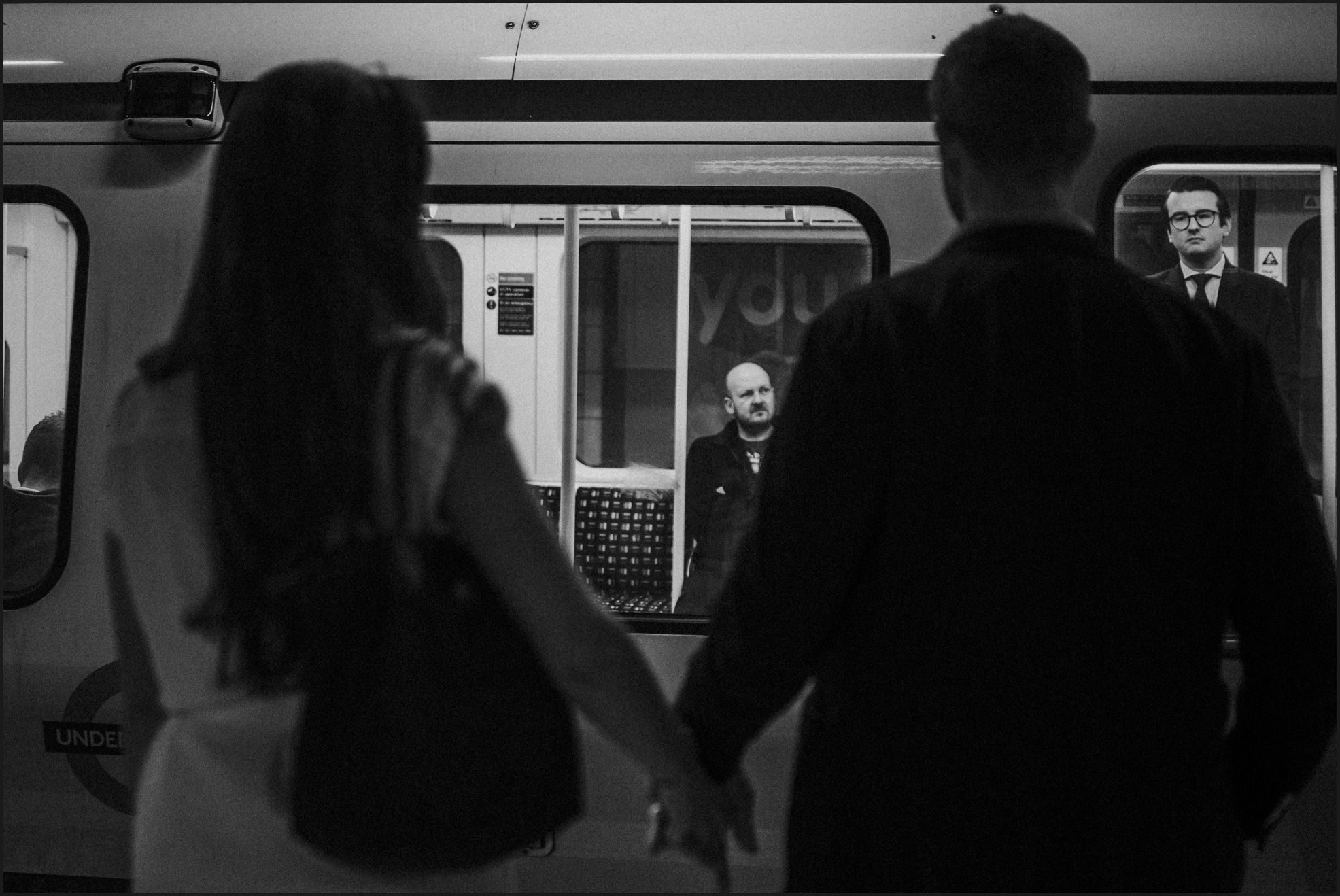 london, engagement photosession, black and white, tube, couple