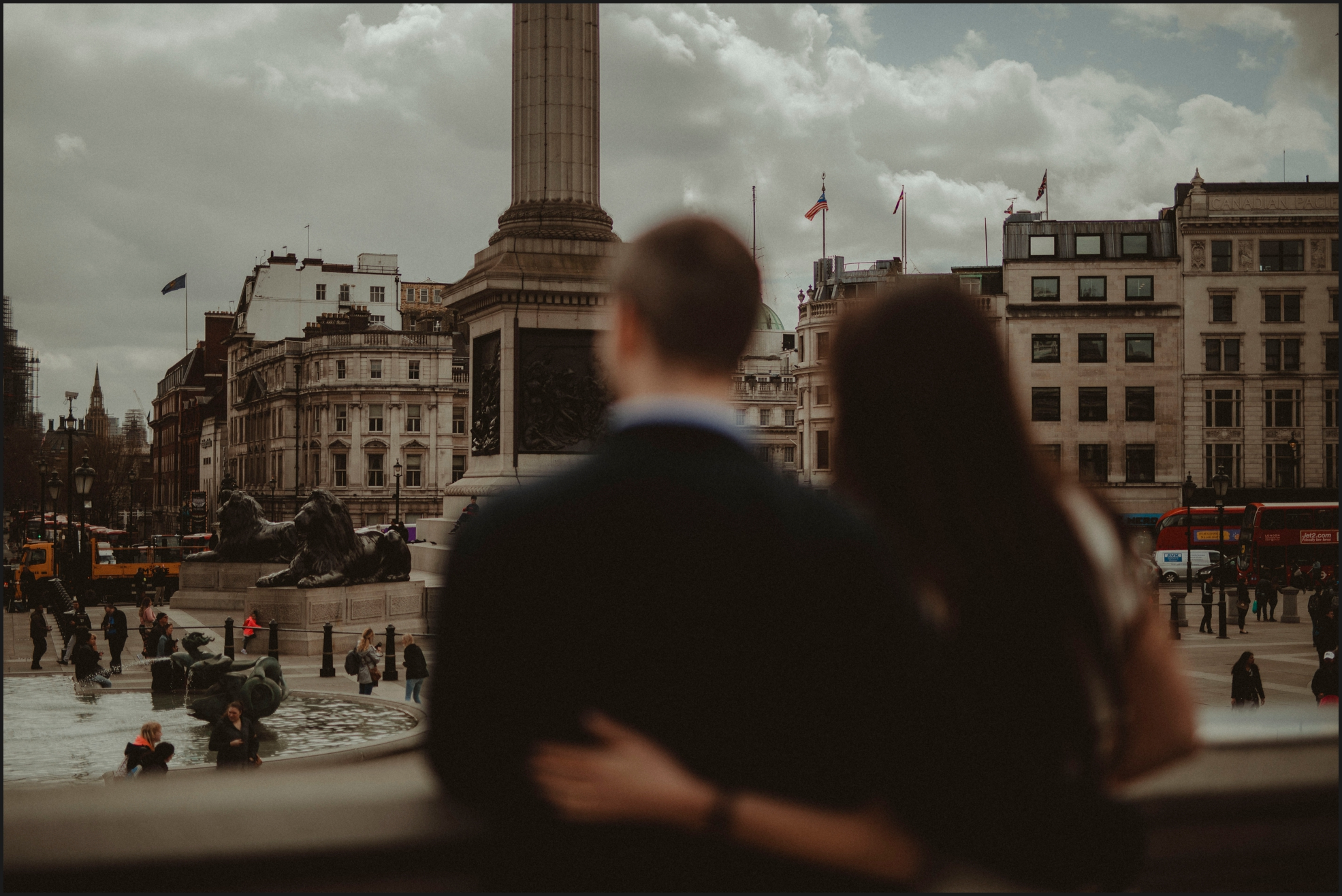 london, engagement photosession, trafalgar square, couple, love, hug