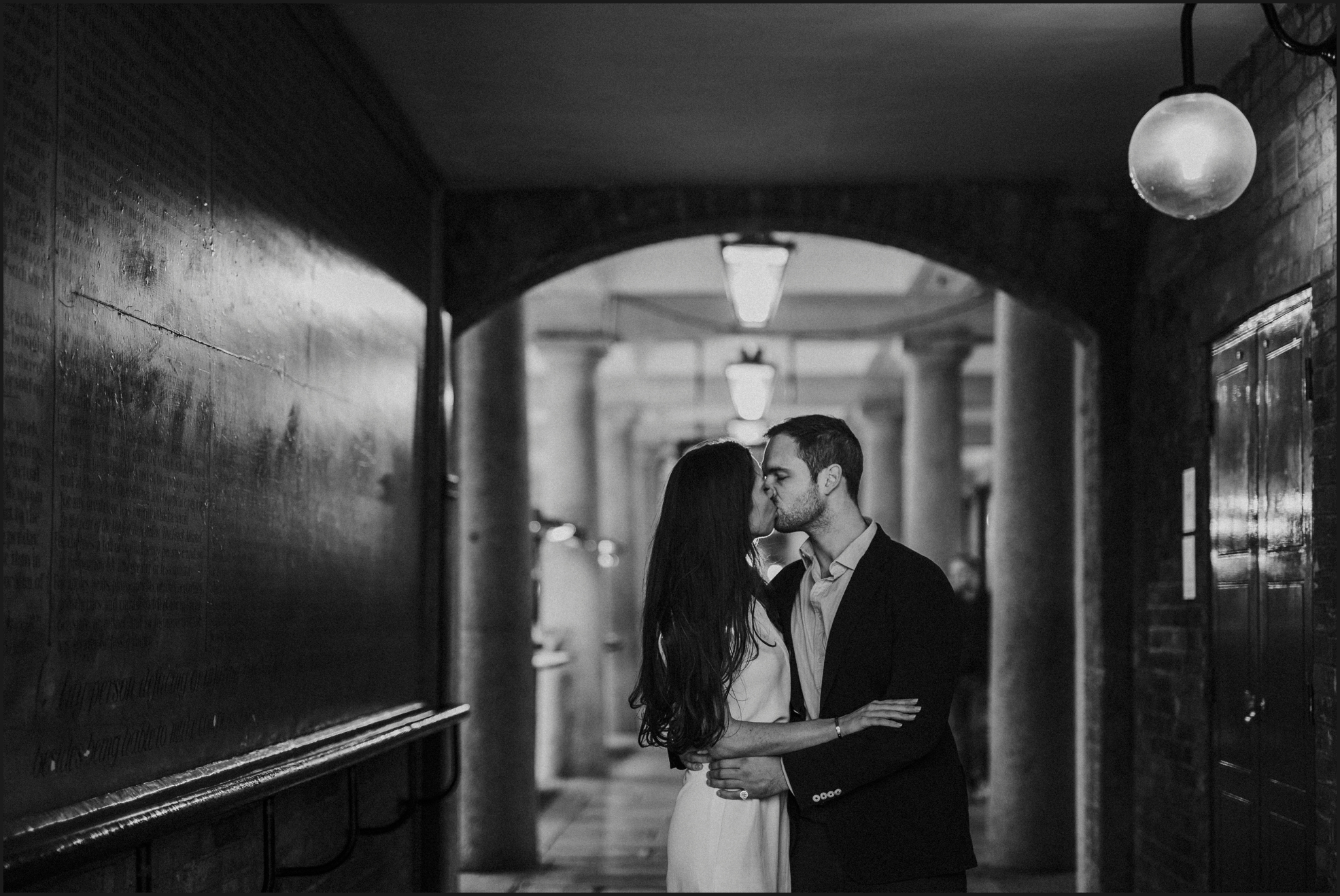 london, engagement photosession, black and white, couple, kiss, covent garden