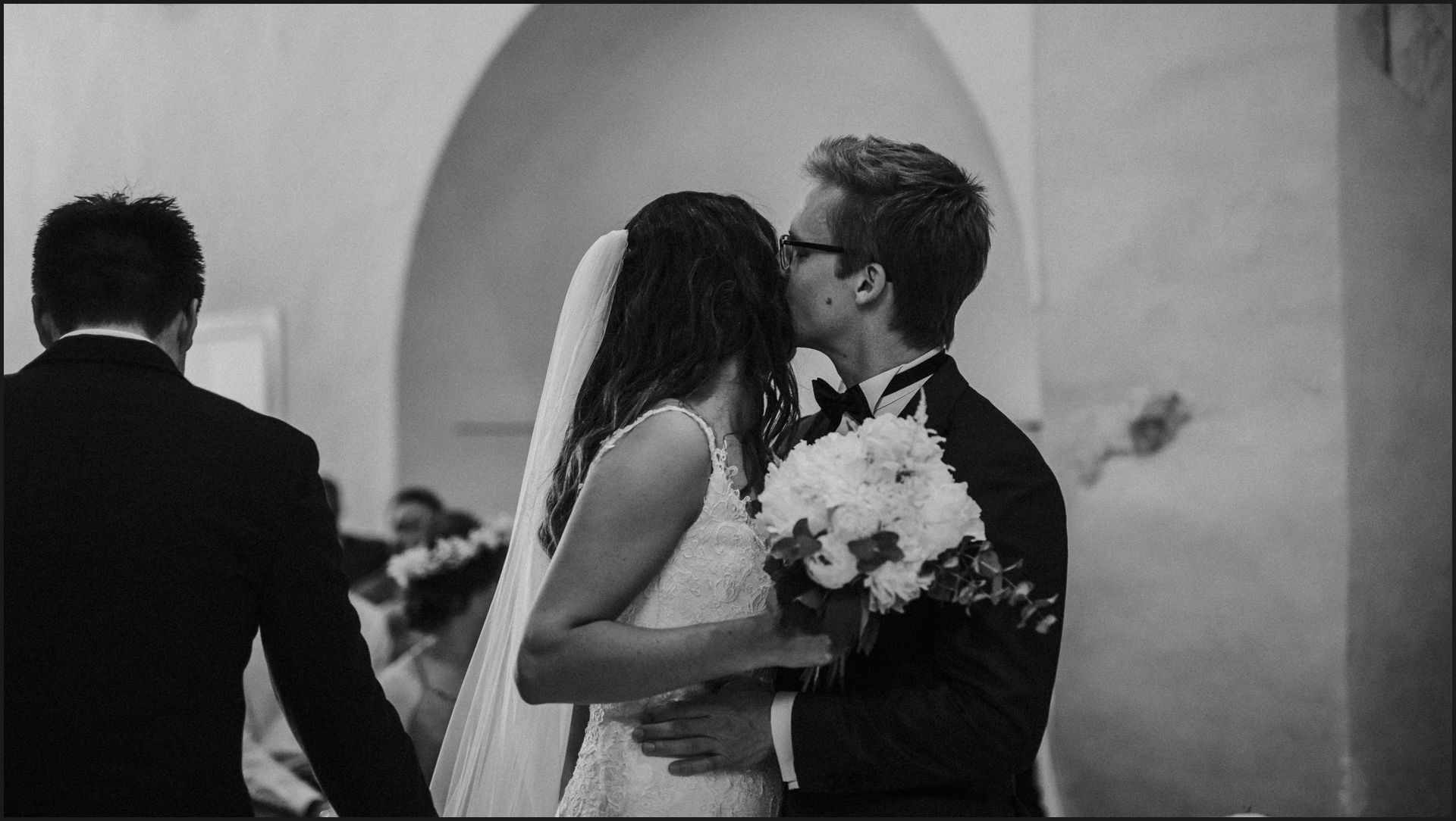 bride, groom, wedding, umbria, nikis resort, ceremony, black and white, kiss