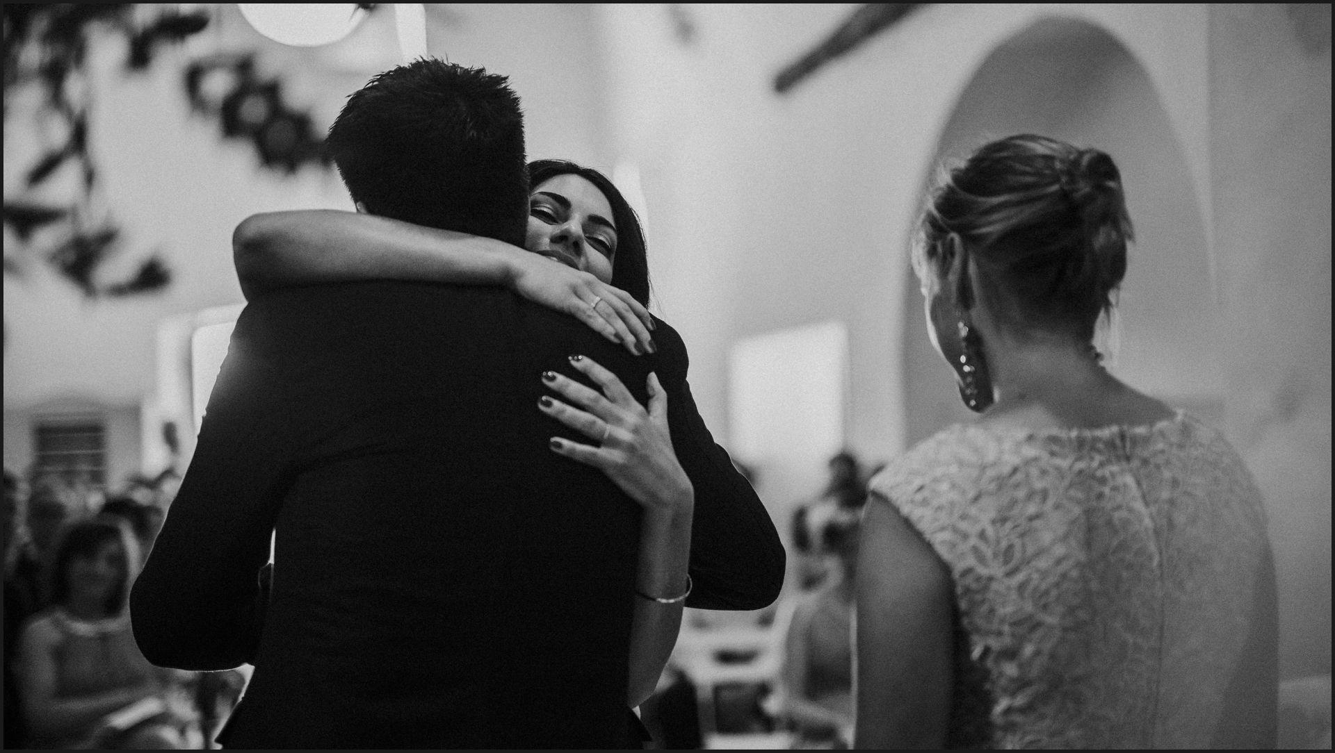 wedding, symbolic ceremony, wedding, umbria, nikis resort, black and white, hug