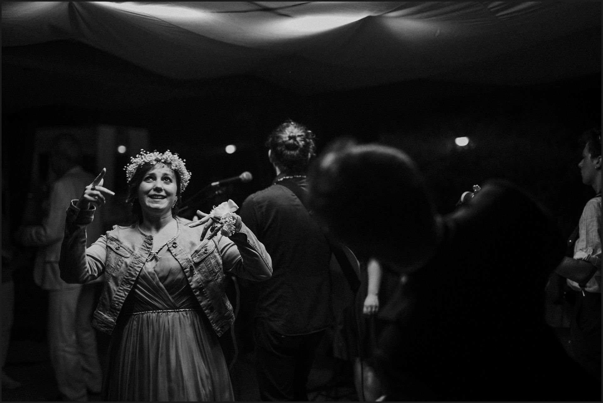 first dance, bride, groom, wedding, umbria, nikis resort, dance, funny, black and white