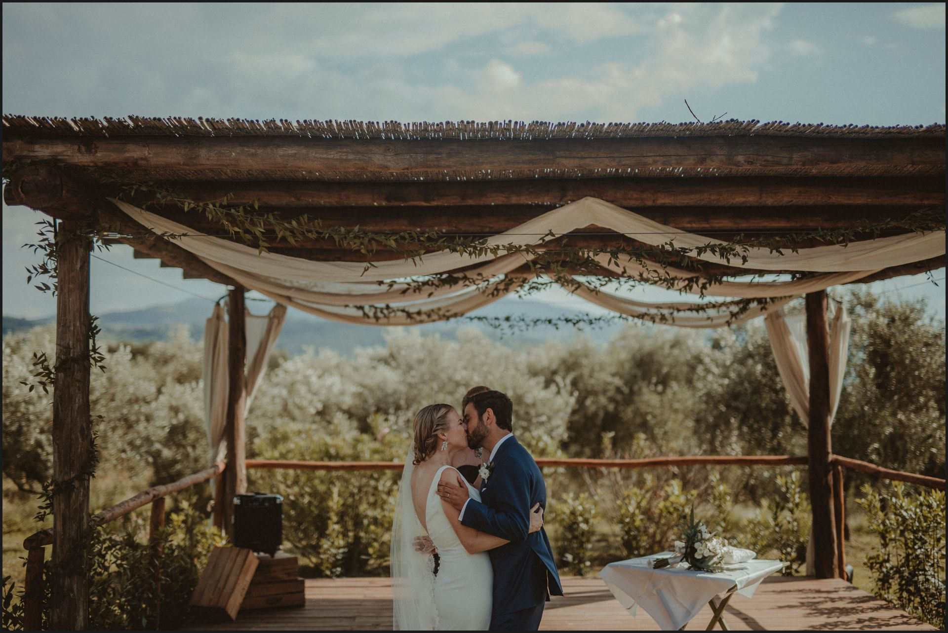 tenuta di canonica, umbria, wedding, ceremony, country, bride, groom, kiss