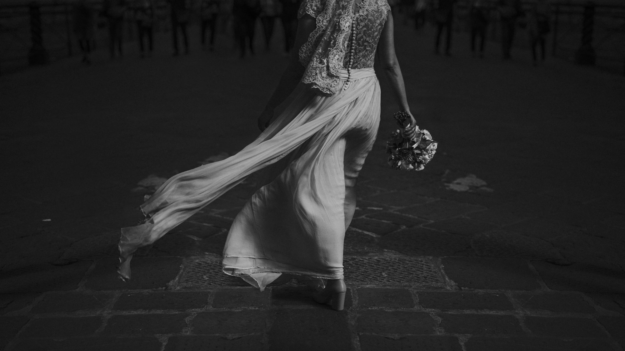 black and white, bride, wind, flowers, bouquet, Florence, Tuscany