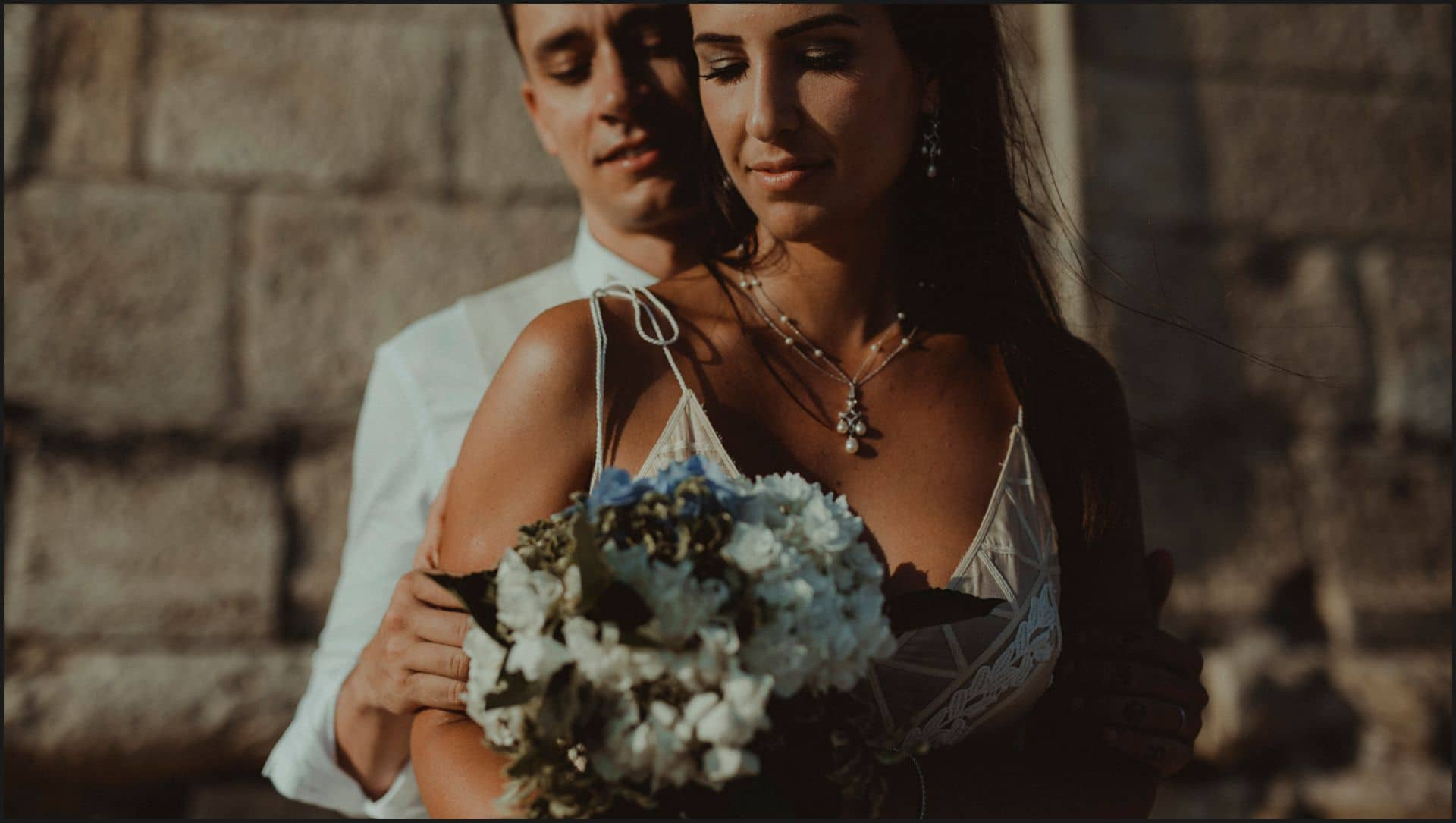 brazilian couple, bouquet, flowers, sunset light, wedding in italy