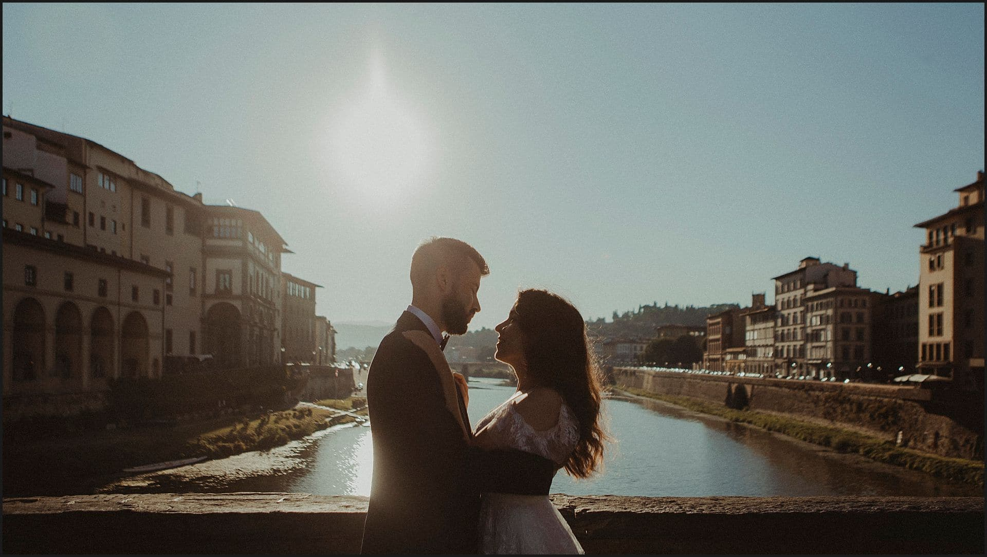 bride and groom, arno river, old bride, florence view, ponte vecchio, sunrise, wedding in italy, destination weddding photographer