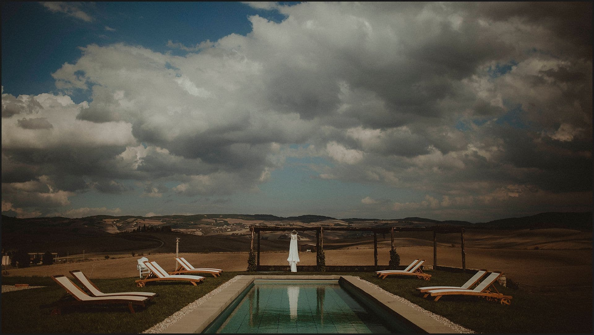 locanda in tuscany, bride dress, swimming pool, siena, tuscany, wedding, elopement, val d'orcia wedding