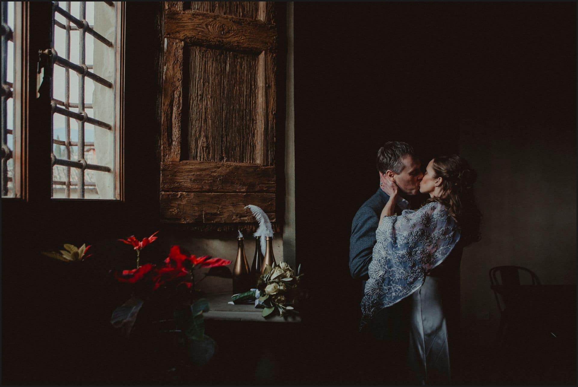 tuscany, wedding, bride, groom, kiss, castello del trebbio