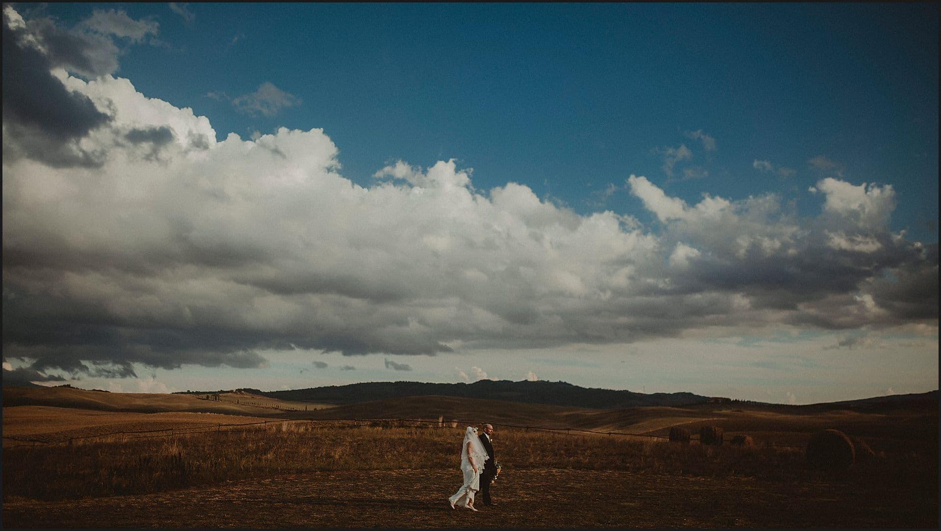 bride and groom, panorama, locanda in tuscany, tuscany wedding photographer, intimate wedding, elopement