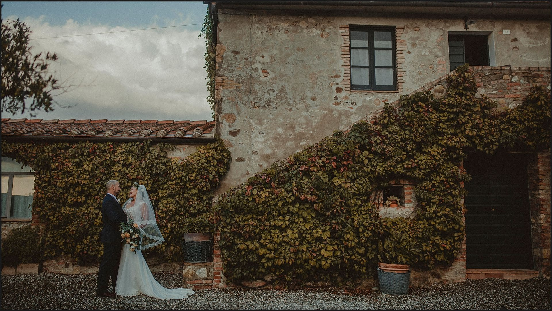 bride and groom, kiss, locanda in tuscany, val d'orcia, elopement photographer, wedding in italy