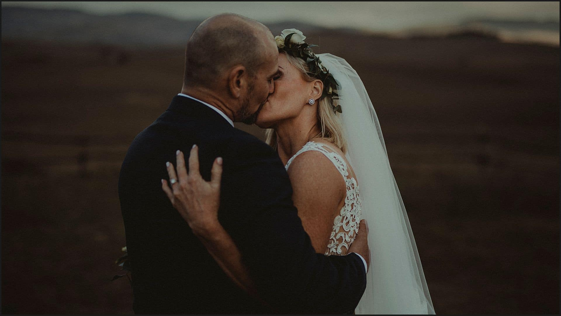 bride and groom, kiss, intimate, elopement photographer, wedding in italy, locanda in tuscany, val d'orcia