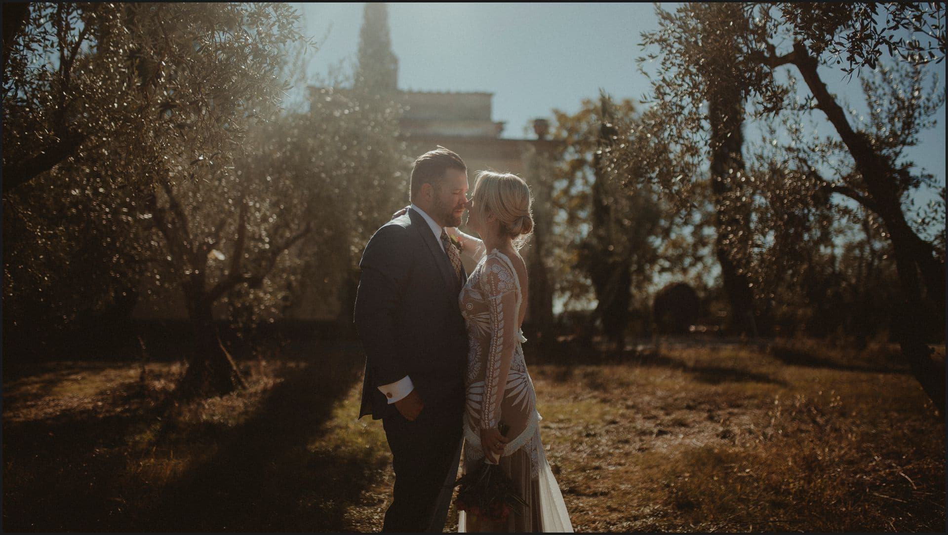 wedding, tuscany, villa medicea di lilliano, elopement wedding, golden hour, bride, groom, intimate portrait