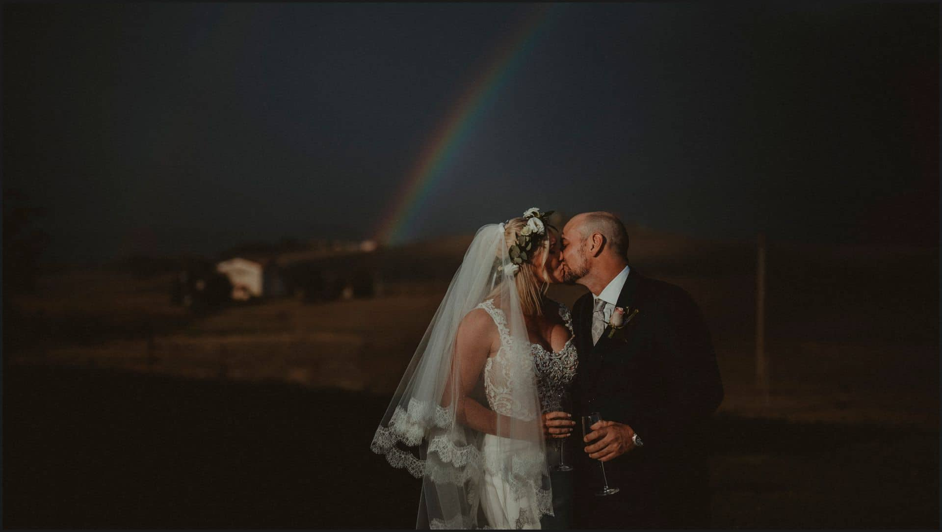 locanda in tuscany, bride, groom, val d'orcia, wedding, tuscany, kiss, rainbow