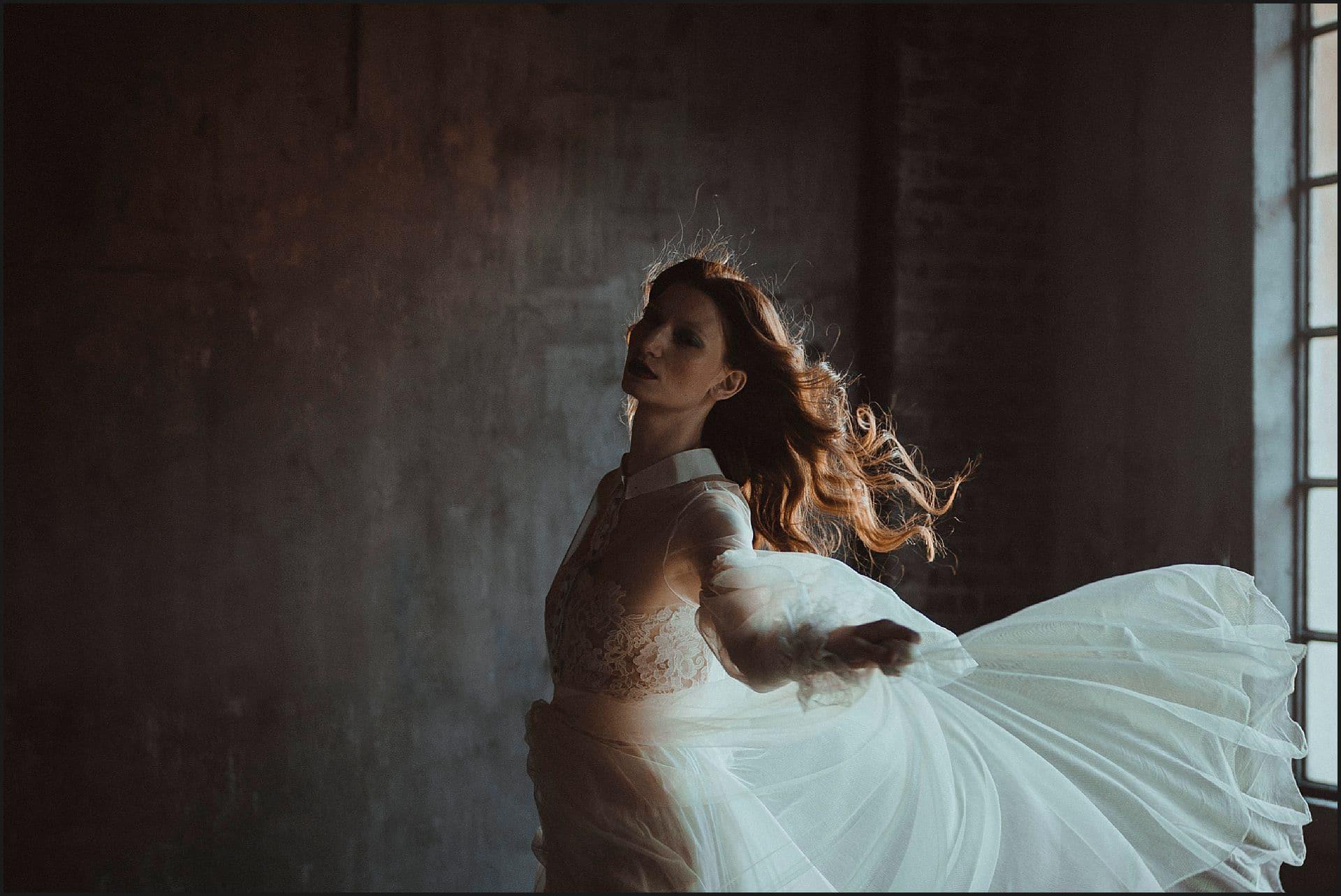 wind, bride, hair, unconventional wedding, cross studio, milan, wedding photographer, wedding in italy