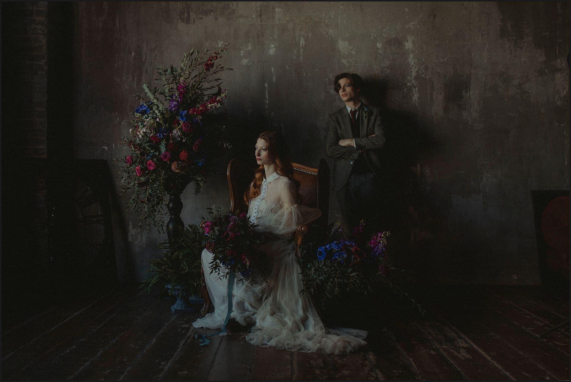 rock and roll bride, decadence, bouquet, groom, wedding dress, unconventional wedding, cross studio, milan, wedding photographer, wedding in italy